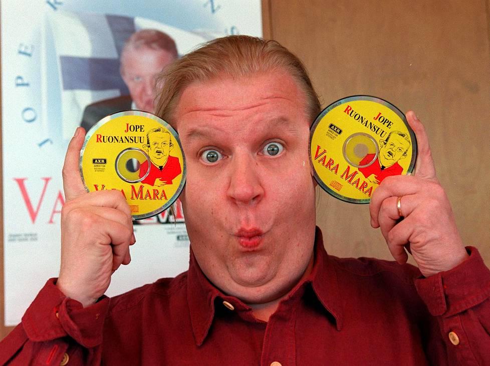 """Yksi Jope Ruonansuun suosituimmista imitaatioista oli presidentti Martti Ahtisaari. Hän levytti """"Vara-Marana"""" myös vuonna 1997 julkaistun albumin. Ruonansuu teki uransa varrella lukuisia ikimuistoisia imitaatioita julkisuuden henkilöistä, kuten Spede Pasasesta, Juice Leskisestä, Tarja Halosesta, Remu Aaltosesta, Kimi Räikkösestä ja Vesa-Matti Loirista."""