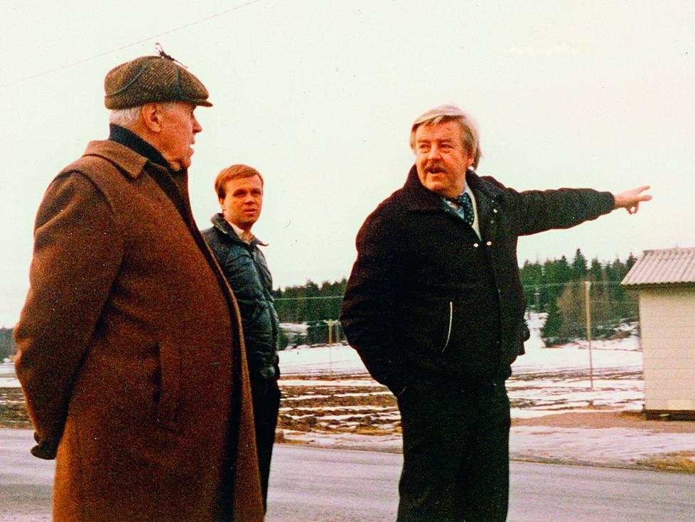 Kuvaaja Ola Tuomi esitteli ideoitaan ohjaajalegenda Edvin Laineelle. Märkäkorvainen tuottaja Jukka Mäkelä kuunteli.
