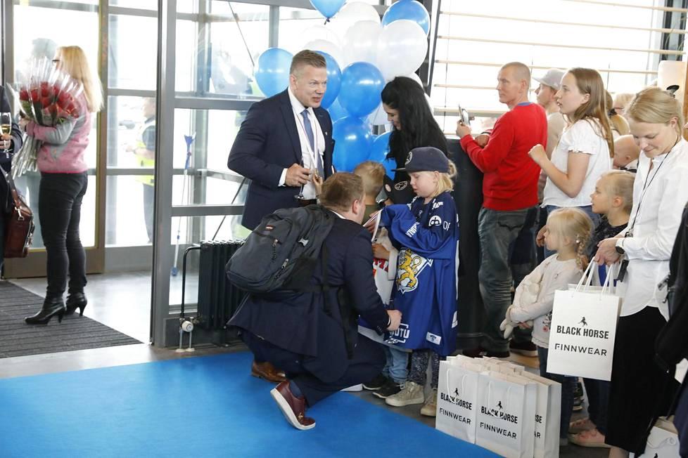 Apuvalmentaja Antti Pennasen lapset Emma ja Aapo pääsivät tapaamaan isänsä ensi kertaa kuukauteen.