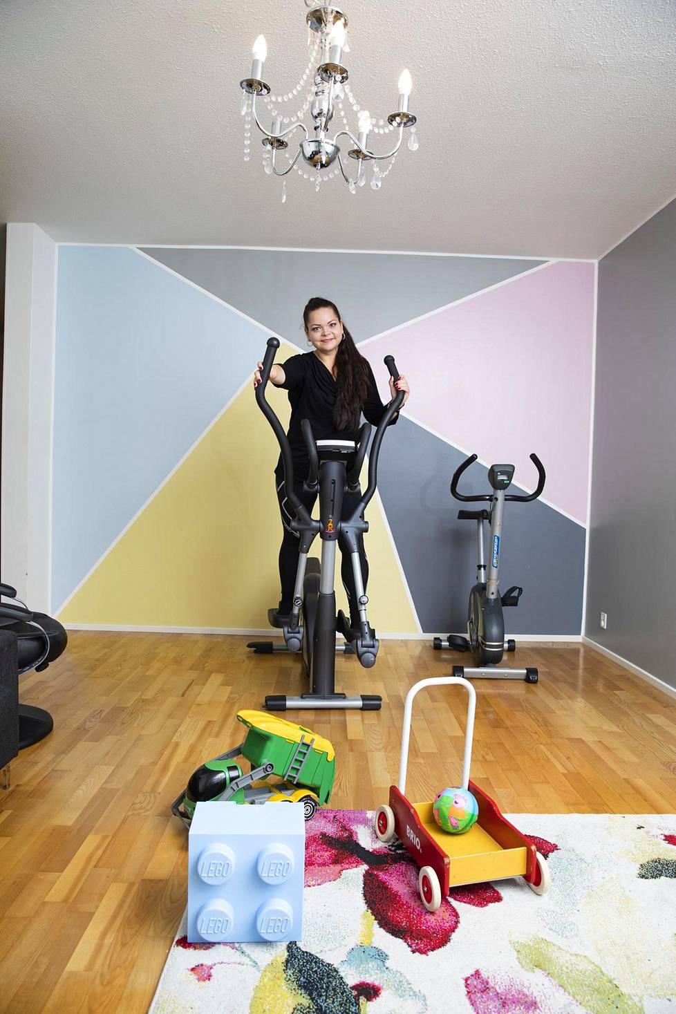 Monika Alikkolla on kotona kuntopyörä ja cross trainer.