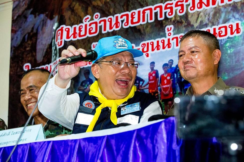 Chiang Rain provinssin kuvernööri Narongsak Osotthanakorn riemuitsi lehdistötilaisuudessa operaation päätyttyä onnellisesti. Häntä on kiitelty etenkin Thaimaassa hyvästä työstä.
