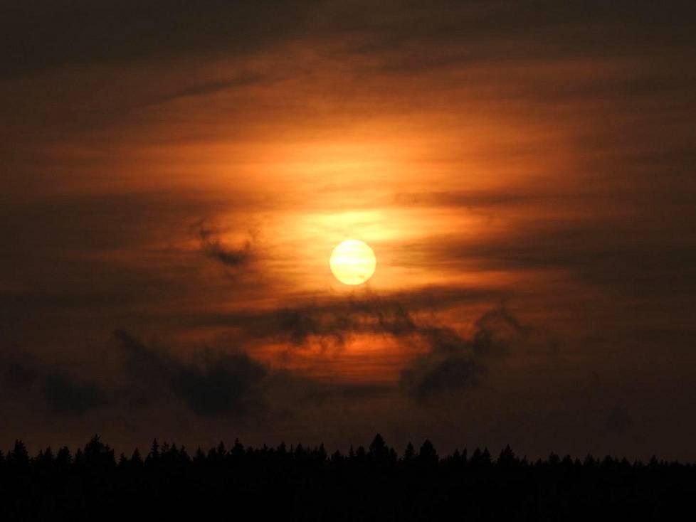 Tältä näytti maanantain auringonlasku Sipoosta katsottuna.