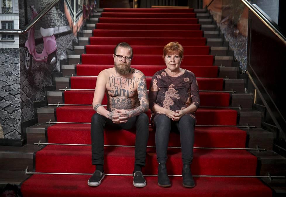 – Tatuoitu iho on kuin päiväkirja, sanoo Wallu Valpio. Leena-äidin lisäksi hänellä on ihollaan tytär, isä ja sisko.