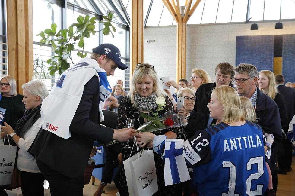 Onnea, isi! Marko Anttilaa onniteltiin muiden Leijonien tavoin vuolaasti.
