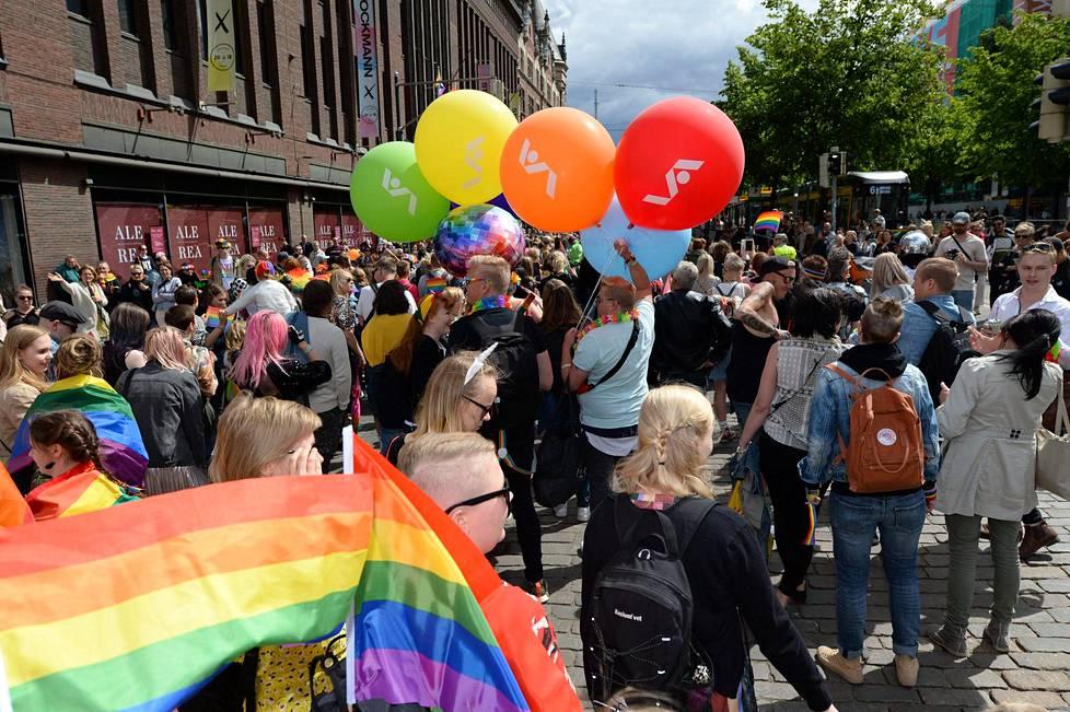 Monet yritykset olivat myös pukeutuneet sateenkaareen. Kuvassa tavaratalo Stockmannin logoja kantavia ilmapalloja.