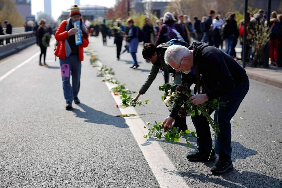 Mielenosoittajat laskivat kukkia Waterloon sillan asfaltille.