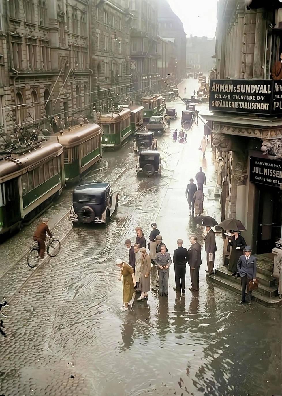 Sade toi tulvan Helsinkiin 1934. Aleksanterinkatu on kuin mini-Manhattan.