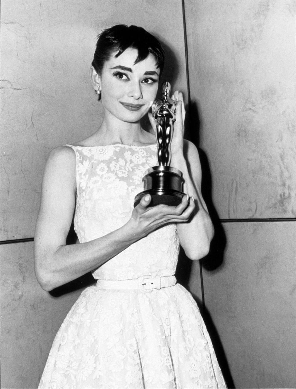 Audrey Hepburn palkittiin kahdesti Oscarilla. Vuonna 1953 Loma Roomassa -elokuvasta parhaasta naispääosasta ja vuonna 1993 Jean Hersholtin humanitaarisella palkinnolla.