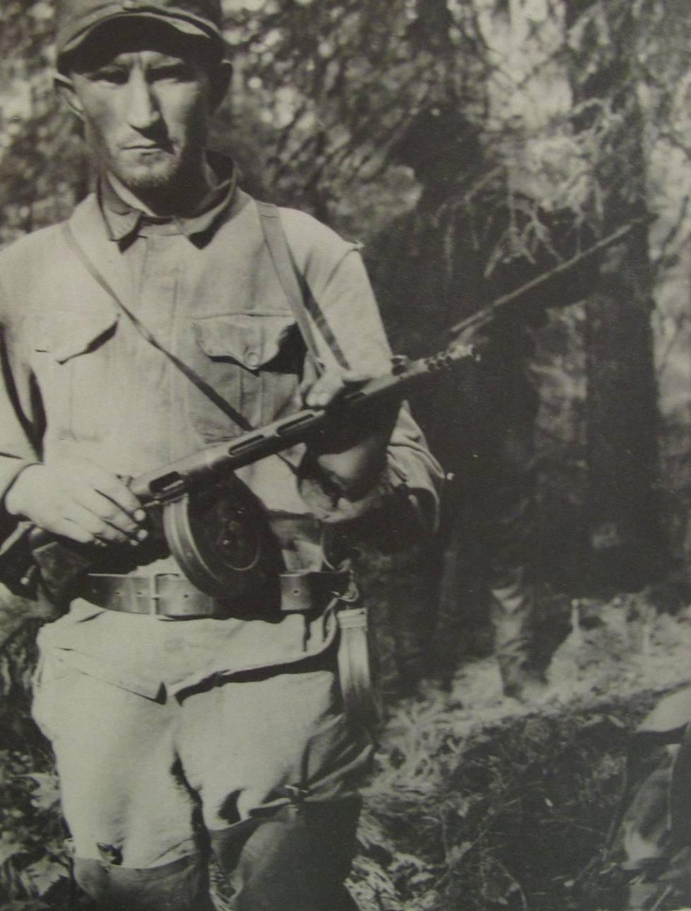 Partio 49:n johtaja Mauri Kärpänen asettui vakavailmeisenä kameran eteen 4. heinäkuuta 1943. Tunti myöhemmin Kärpänen haavoittui ja julma leikki erämaassa muuttui vihoviimeiseksi eloonjäämiskamppailuksi.