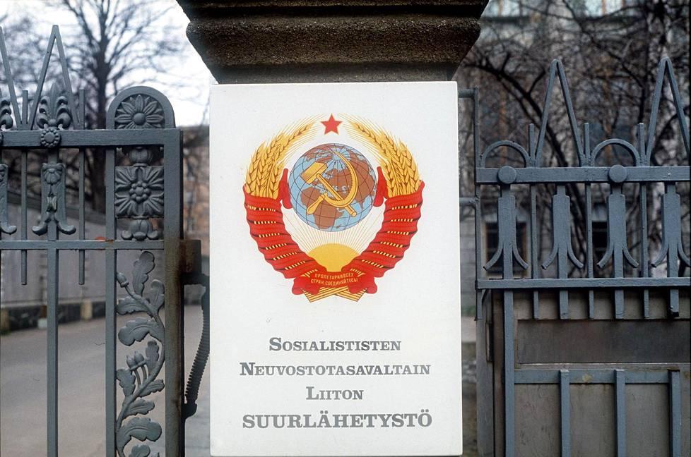 Neuvostoliiton suurlähetystön portti Tehtaankadulla Helsingissä näytti tältä vuonna 1982.