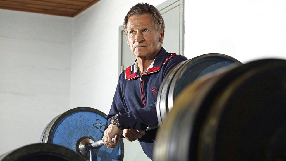 Kaarlo Kangasniemi Porin urheilukeskuksen punttisalilla. 75-vuotias painonnostaja viihtyy raudan parissa edelleen.