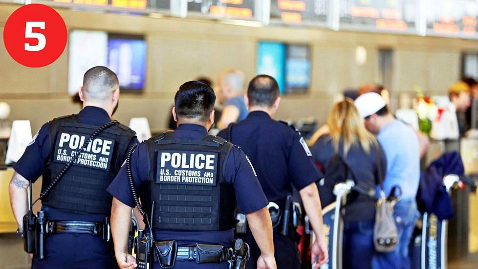 Maahanmuutto: Trumpin rajoituksia kumottaneen heti presidentin asetuksilla.