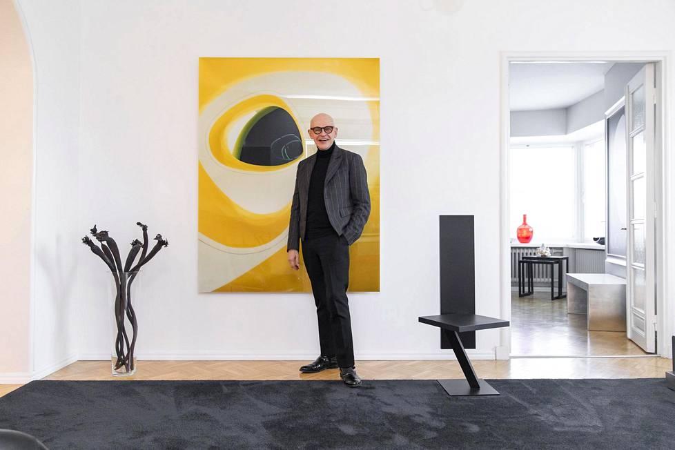 Ola Kolehmaisen teos oli Uotisen mielestä niin hieno, että hänen oli pakko saada se. –Jos minulla olisi varallisuutta, satsaisin sen kaiken taiteeseen. Rakastan kuvataidetta ja veistoksia.