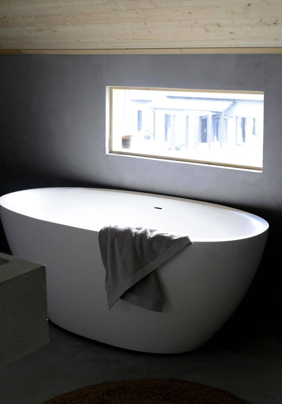 Eleettömän linjakkaat kylpyammeet ovat tulleet kylpyhuoneisiin. Useassa kohteessa ne on sijoitettu ikkunan eteen (kohde: Honka Ink).