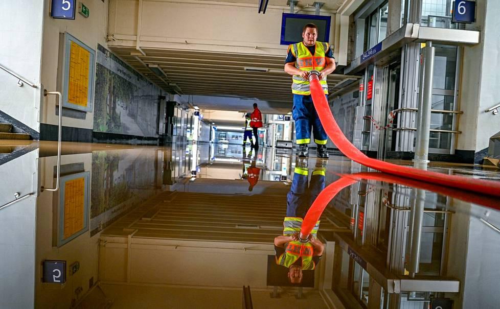 Palomies työskentelemässä Hagen-Priorein tulvivalla päärautatieasemalla läntisessä Saksassa.