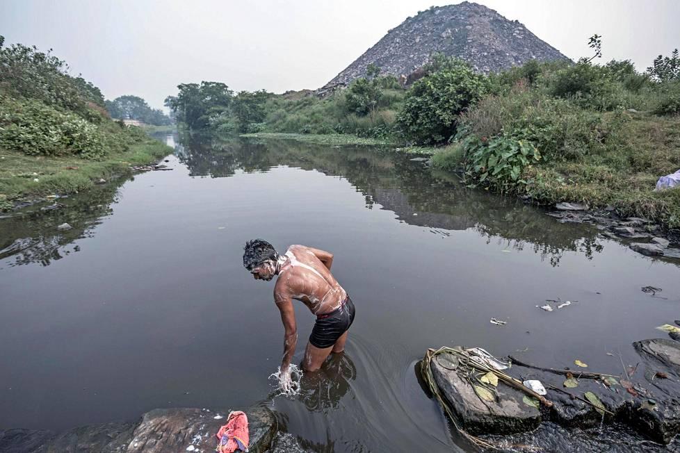 Hiilen etsijä peseytyi paikallisessa joessa. Keuhkoihin päätynyt pöly ei lähde tällä menetelmällä pois.