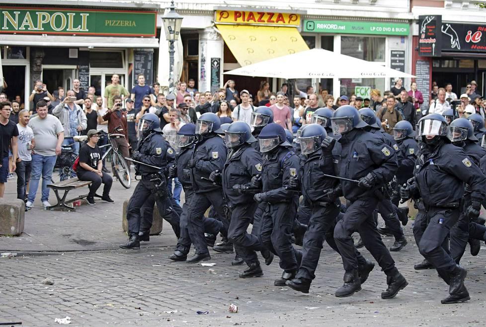 Kaduilla jo valmiiksi olleille 15000 poliisille jouduttiin kutsumaan lisävoimia.