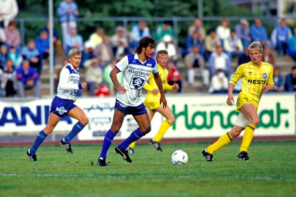"""Jorma Heinonen oli monien mielestä sekä pelityyliltään että ulkomuodoltaan kuin """"latinovahvistus"""". Kuvassa hän on PPT:n riveissä heinäkuussa 1986. Vastassa on TPS ja Ari Heikkinen."""