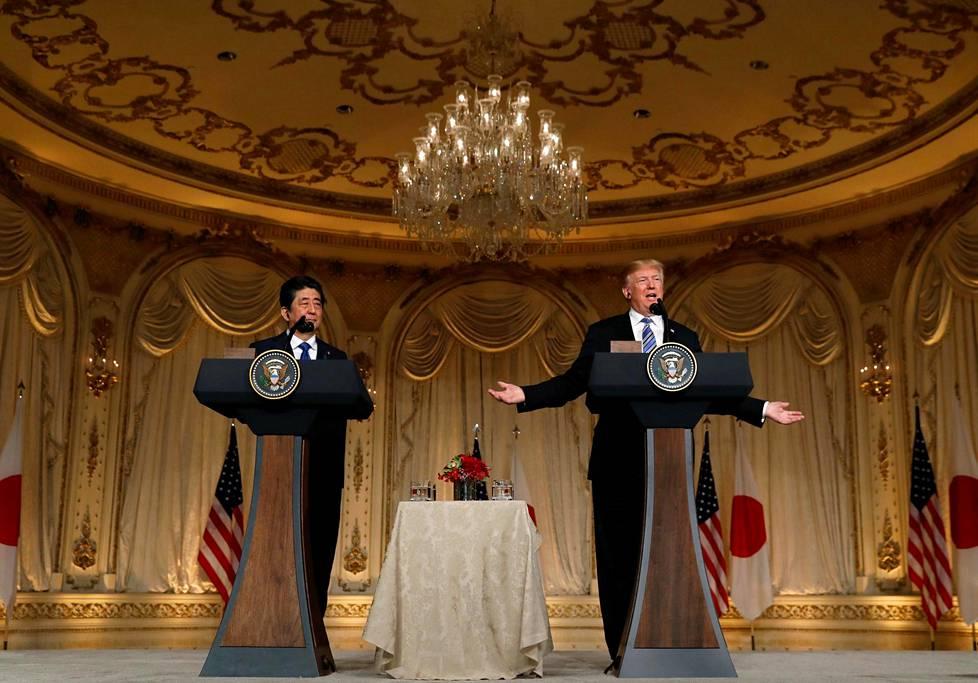 Presidentti Trump isännöi Japanin pääministeri Shinzo Aben vierailua Mar-a-Lagossa kahdesti. Ensimmäisellä kerralla Pohjois-Korea teki ohjuskokeen kesken vierailun, ja kaksikon kerrotaan puhuneen siitä avoimesti muiden vieraiden läsnä ollessa.