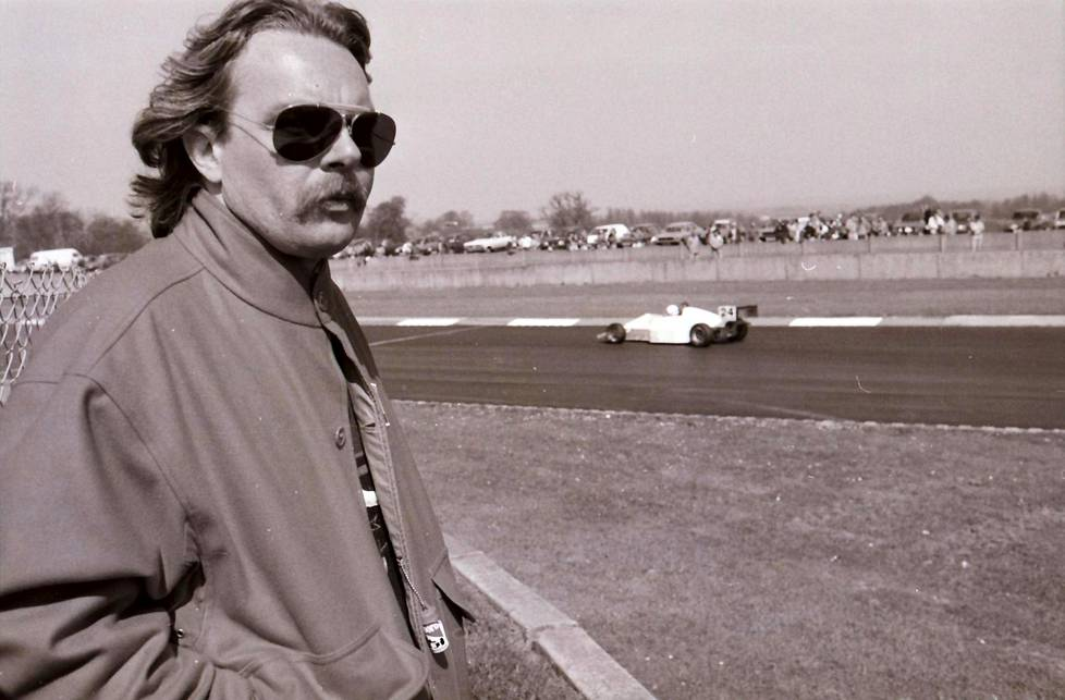 Keke Rosberg vuonna 1990 Silverstonen moottoriradalla.