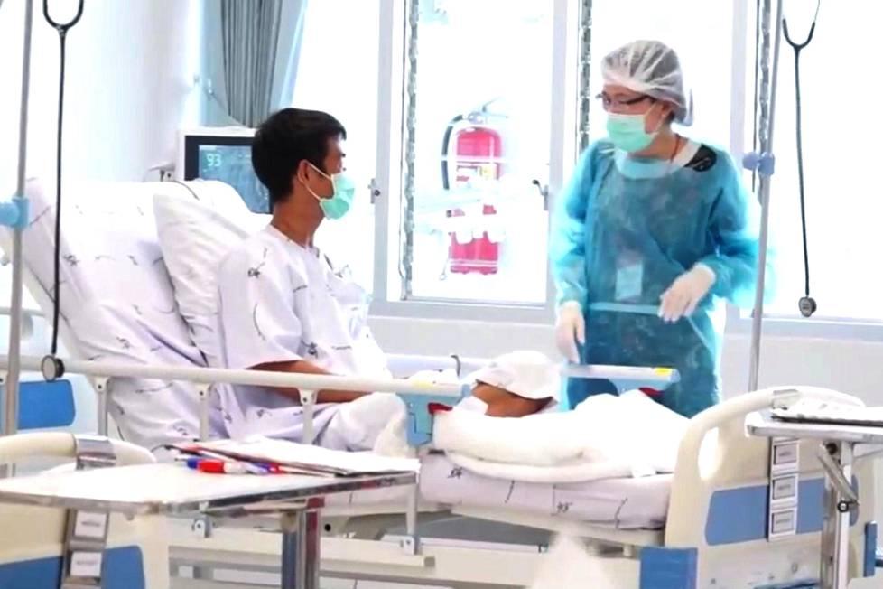 Ensimmäiset päivät kuluivat pojilta sairaalassa eristyksessä. Omaisetkin pääsivät näkemään heitä aluksi vain lasin läpi.