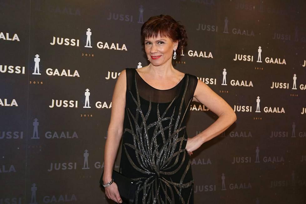 """Mari Rantasila on meritoitunut muusikkona. Hän lauloi vuonna 2000 Raid-televisiosarjan tunnuskappaleen """"Vain rakkaus"""" ja hänet palkittiin vuoden naissolistin Emma-palkinnolla vuonna 2000. Hän myös näytteli naispääosaa niin Raid-sarjassa kuin elokuvassa."""
