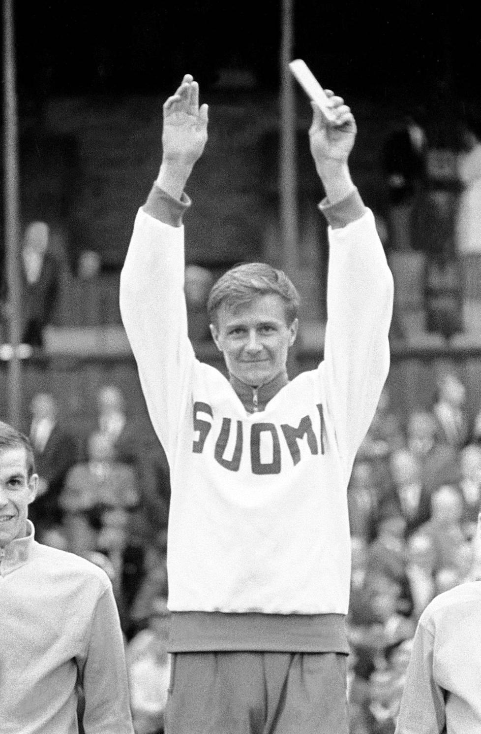 Jouko Kuha juhli voittoa ja Suomen ennätystä Ruotsi-ottelussa 1967.