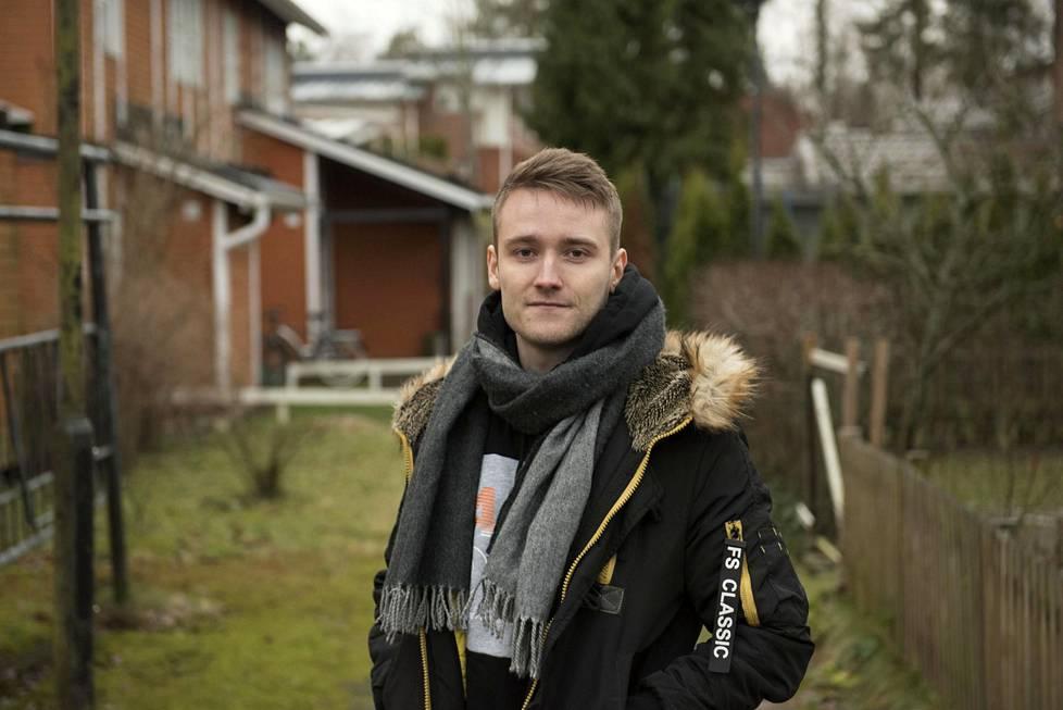 Jesse Linjala syntyi Korsossa. Perhe muutti Keravalle, kun hän oli viisi vuotta vanha. Kotona hän asui hieman yli parikymppiseksi.