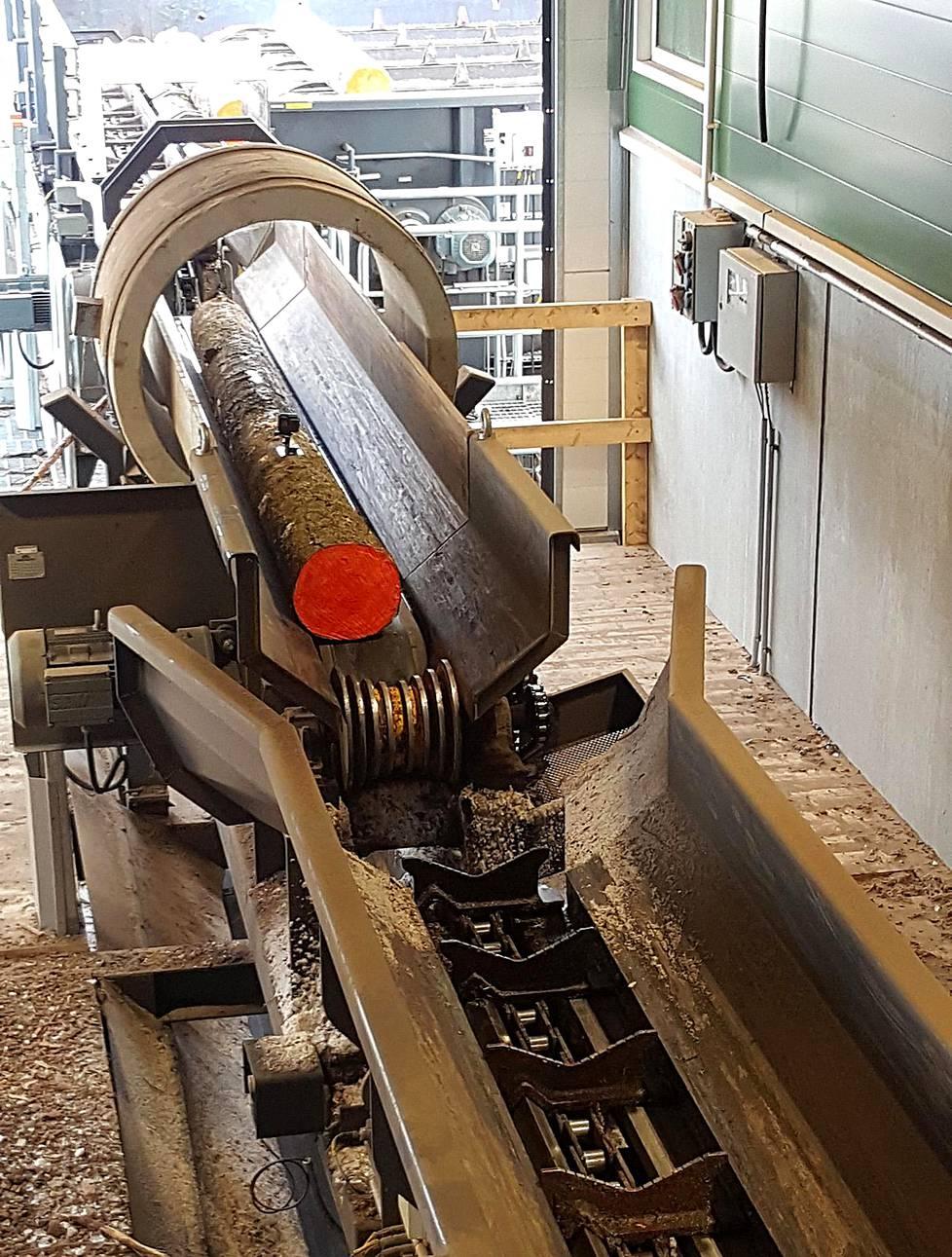 Otto Jaakkosen tukki menee ensimmäisenä magneettitarkastukseen. Tukki oli puhdasta puuta, ei nauloja, sinkiöitä, kranaatin sirpaleita tai muuta sahan terille vaarallisia kappaleita.