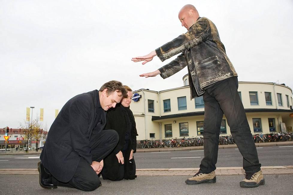 Peltonen vieraili perustamansa Valtion pääkaupungissa Turussa vuonna 2007. Kuvassa Peltonen tapaa kansalaisensa Harri-Tapio (Hoss) ja Eeva Siivosen.