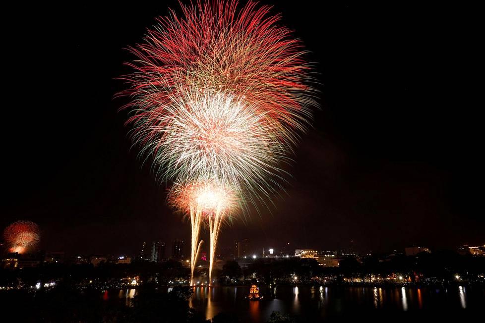 Vietnamin pääkaupungissa Hanoissa uuttavuotta juhlittiin järvimaisemassa.