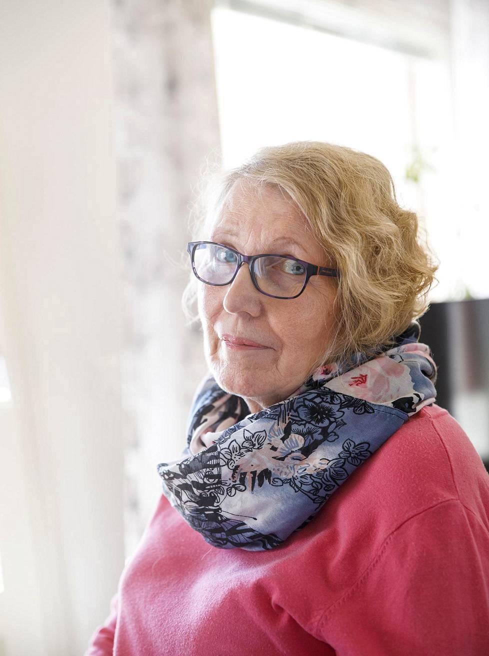 Arja Saarenheimo on ollut leski jo 30 vuotta. Avustajien kosketukset eivät korvaa aitoa läheisyyttä.