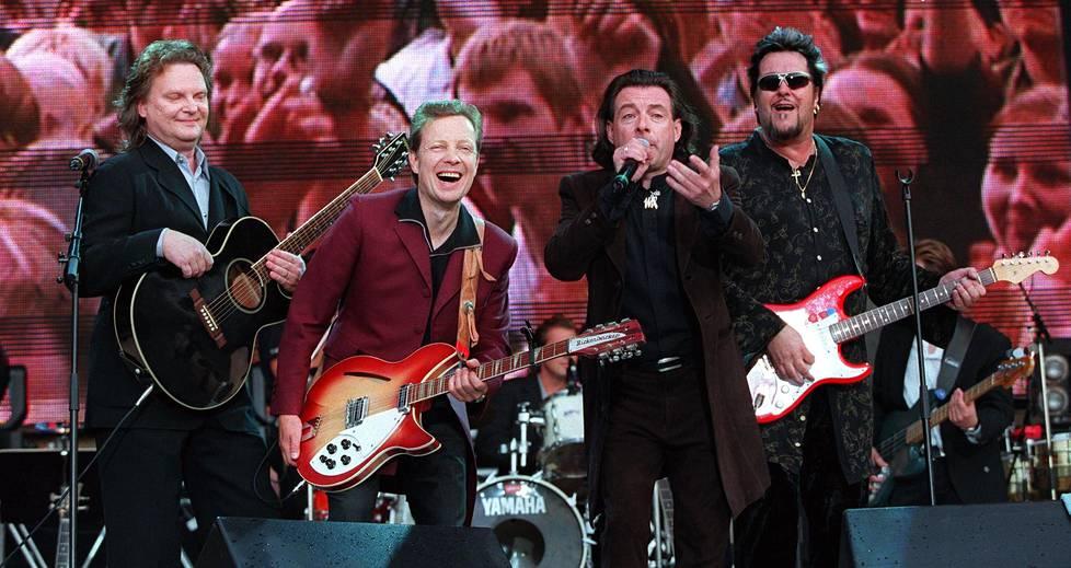 Mestarit lavalla: Pepe Willberg, Pave Maijanen, Kirka ja Hector esiintyvät Olympiastadionilla 1999.