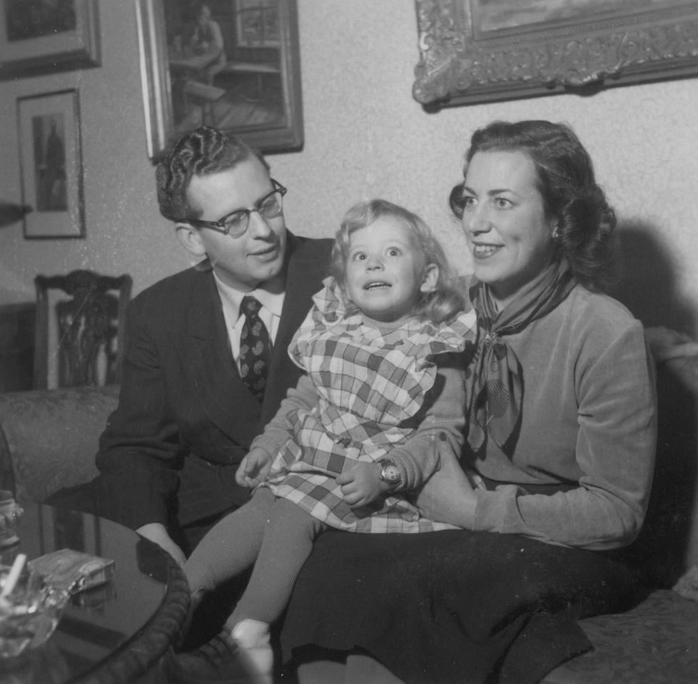 Esko, Terttu ja Anu Vahtera Helsingin Mannerheimintien asunnossa 1954.