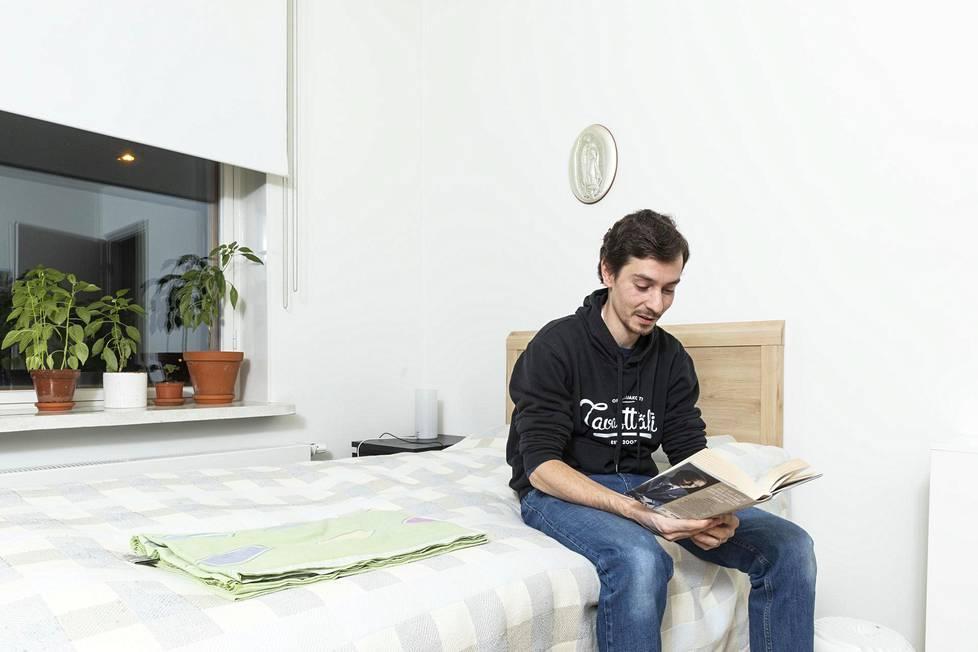 Tavasttähden isäntä Jorge Soria omassa huoneessaan. Varsinaisessa talossa on kaiken kaikkiaan 15 asuinhuonetta ja yhteiset tilat.