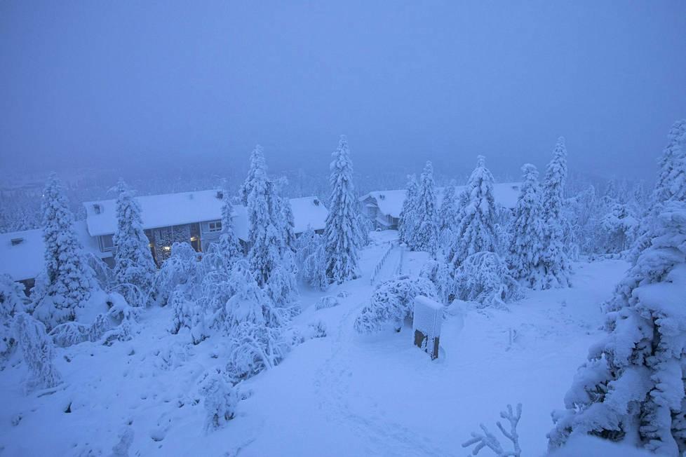 Maisema on jo talvinen, ja rinteissä riittää jonkin verran kotimaisia matkailijoita, mutta heidän määränsä ei kuitenkaan korvaa ulkomaisia turisteja.