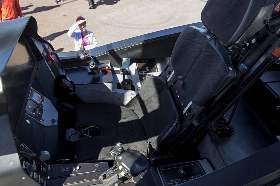 F-35-hävittäjästä oli paikalla aito kopio, jonka ohjaamoon pääsi istumaan ja näkymiä tutkimaan.