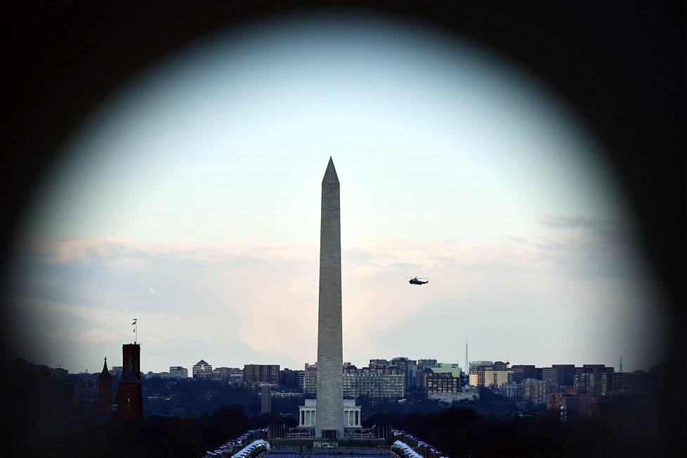 Väistyvää presidentti Donald Trumpia pois Valkoisesta talosta kuljettanut Marine One -helikopteri ohitti Washington-monumentin.