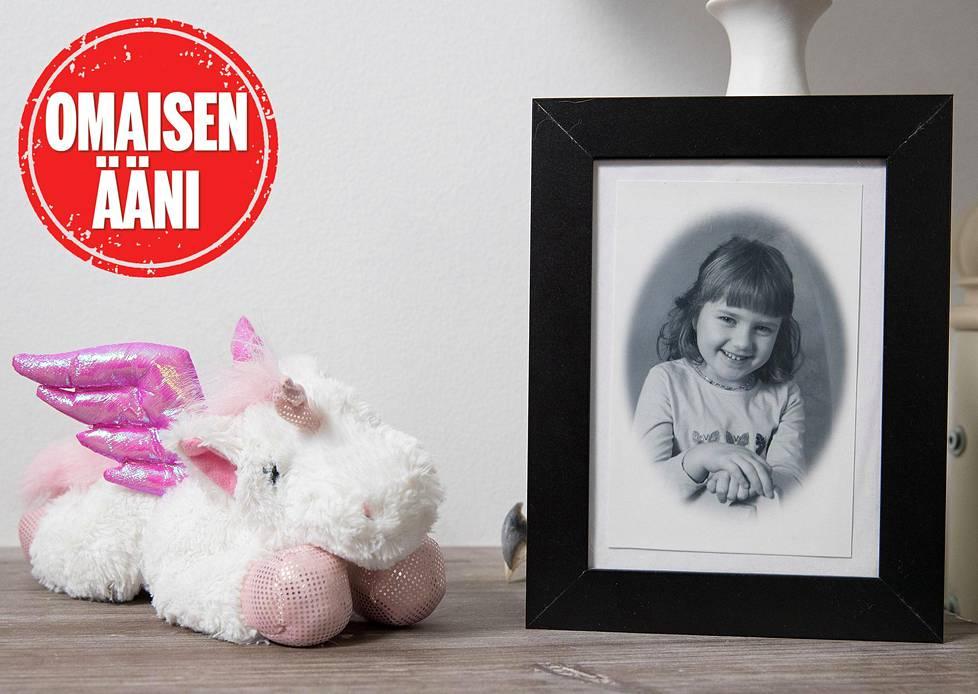 Jasminin kuva on muistopöydällä.