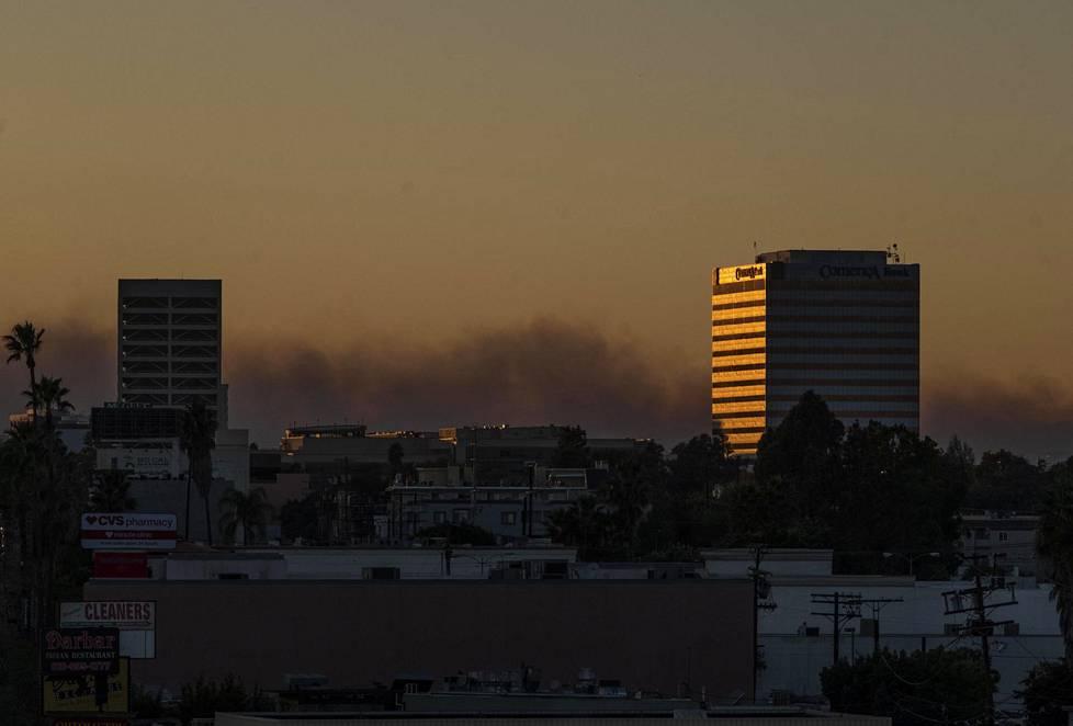 Maastopalon aiheuttamaa savua Los Angelesissa.