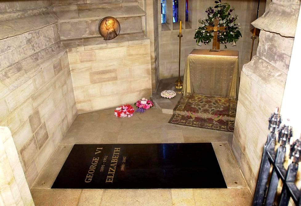 Kuningattaren oletetaan valinneen hautapaikakseen Windsorin linnan maat. Kuningas Yrjö VI:n muistokappeliin on haudattu kuningattaren isä, äiti, ja sisar, prinsessa Margaret.