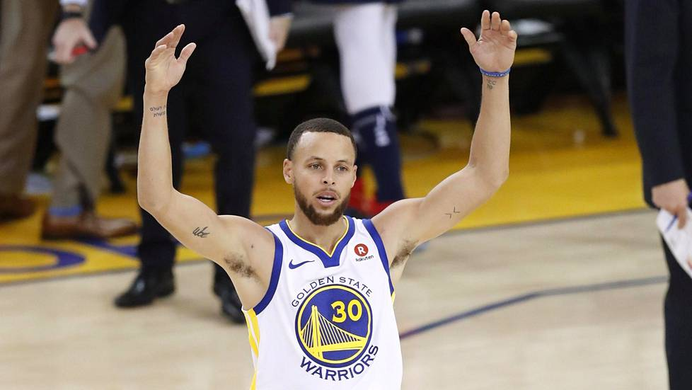 Stephen Curry johdatti Warriorsin NBA:n välieriin.