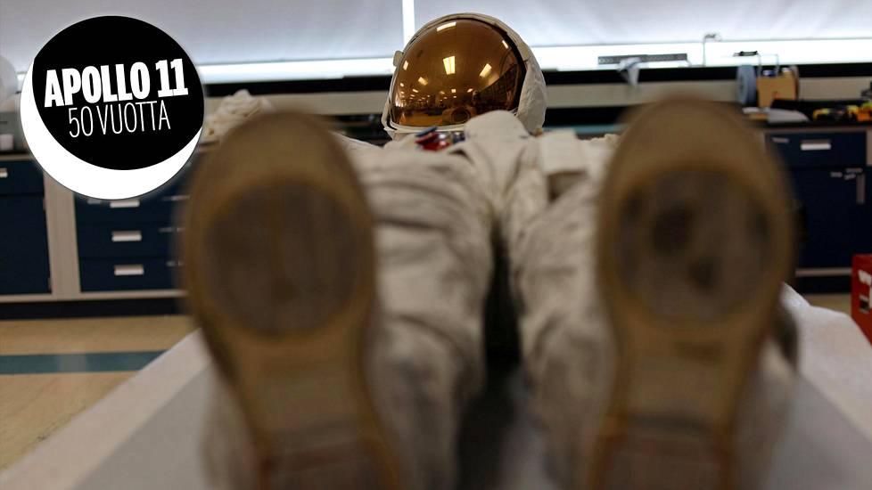 Neil Armstrongin avaruuspuku on jälleen kaikkien nähtävillä. Saappaat eivät ole alkuperäiset, sillä Armstrong ja Buzz Aldrin joutuivat jättämään kenkänsä Kuuhun.