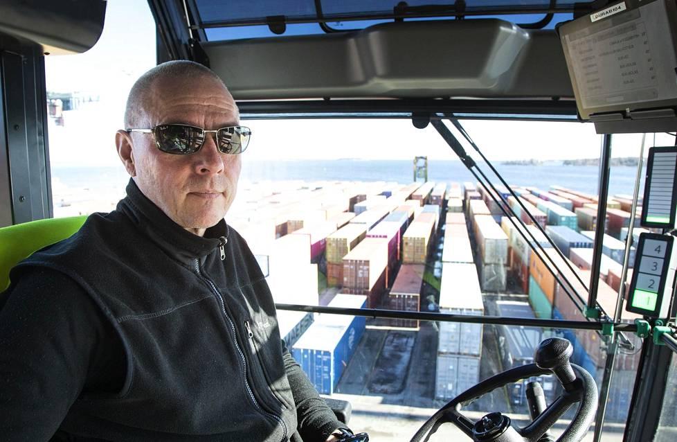 Lukkikuski Jouni Rinne kävi nostamassa IS:n seuraaman kontin ja kuljetti sen varastokentälle odottamaan laivausta.