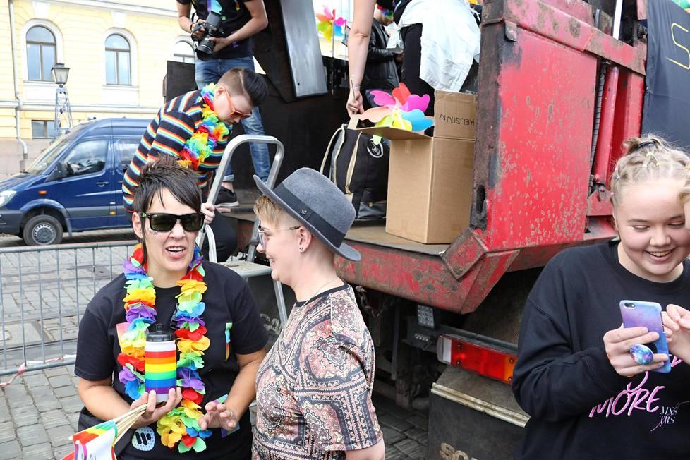 Saara Aallon rekassa oli mukana myös Saaran kumppani ja manageri Meri Sopanen (kuvassa hattu päässä)