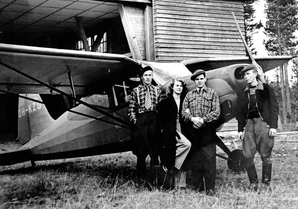 Keijo Kääriäinen vasemmalla Leivo OH-KZG-koneensa edustalla. Muiden henkilöllisyys ei tiedossa.