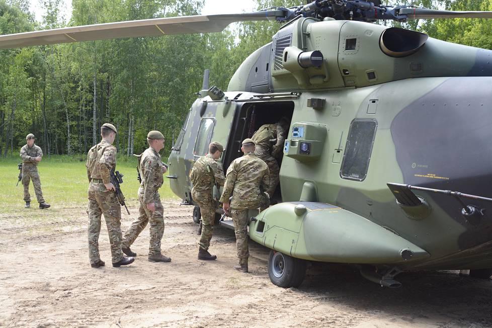 Britit käyttävät harjoituksessa suomalaista helikopteria.