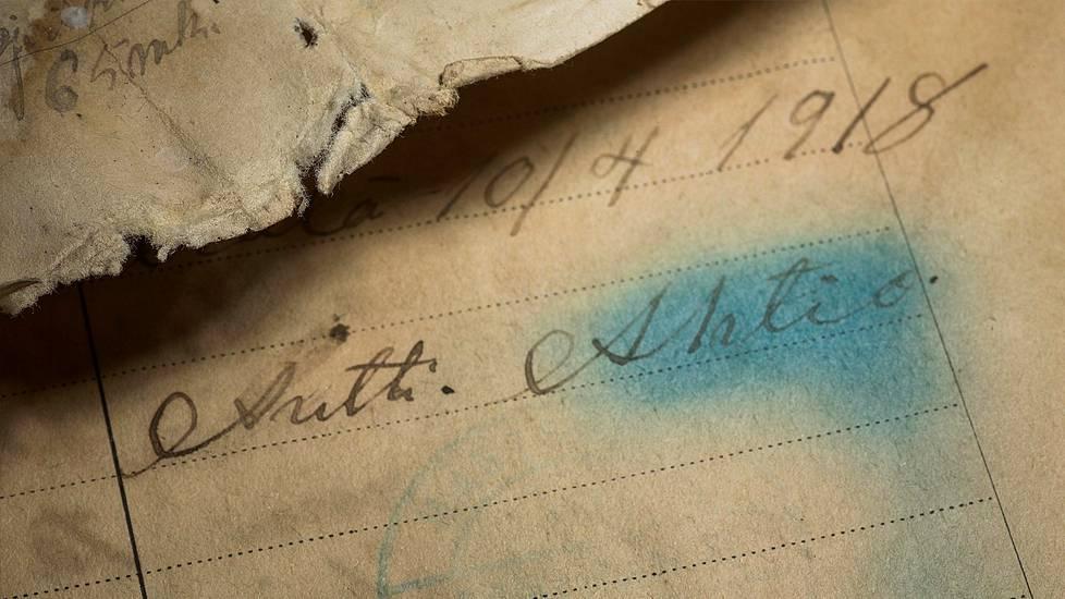 Papereista löytyy usean kerran allekirjoitus: Antti Ahtio, vallankumousoikeuden puheenjohtaja.