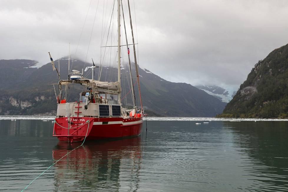 Patagoniassa Kainuvaara halusi nähdä kuuluisan Fjordo Finlandian, suomalaisen tutkimusmatkailijan Väinö Auerin vuonna 1929 löytämän vuonon. Epäonnea oli jälleen, sillä Omaha otti pohjakosketuksen karttaan merkitsemättömässä karikossa.