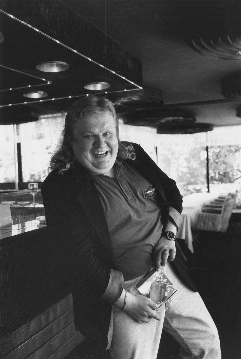 Ruonansuu poseeraa Politiikkaa ja erotiikkaa-levyn kanssa vuonna 1993. Vuosi oli miehelle kiireinen, sillä hän julkaisi samana vuonna myös toisen albumin Jope Ruonansuu presidentiksi ja näytteli elokuvassa Pekko Aikamiespojan poikamiesaika. Kyseessä oli Ruonansuun debyytti Pekko-elokuvissa ja hän näytteli sen jälkeen vielä kolmessa muussakin elokuvassa Heka Haimakaisen hahmoa. Samana vuonna Ruonansuu teki vielä tv-ohjelman Jopen videot, joka on yksi monista miehen tekemistä komediasarjoista.